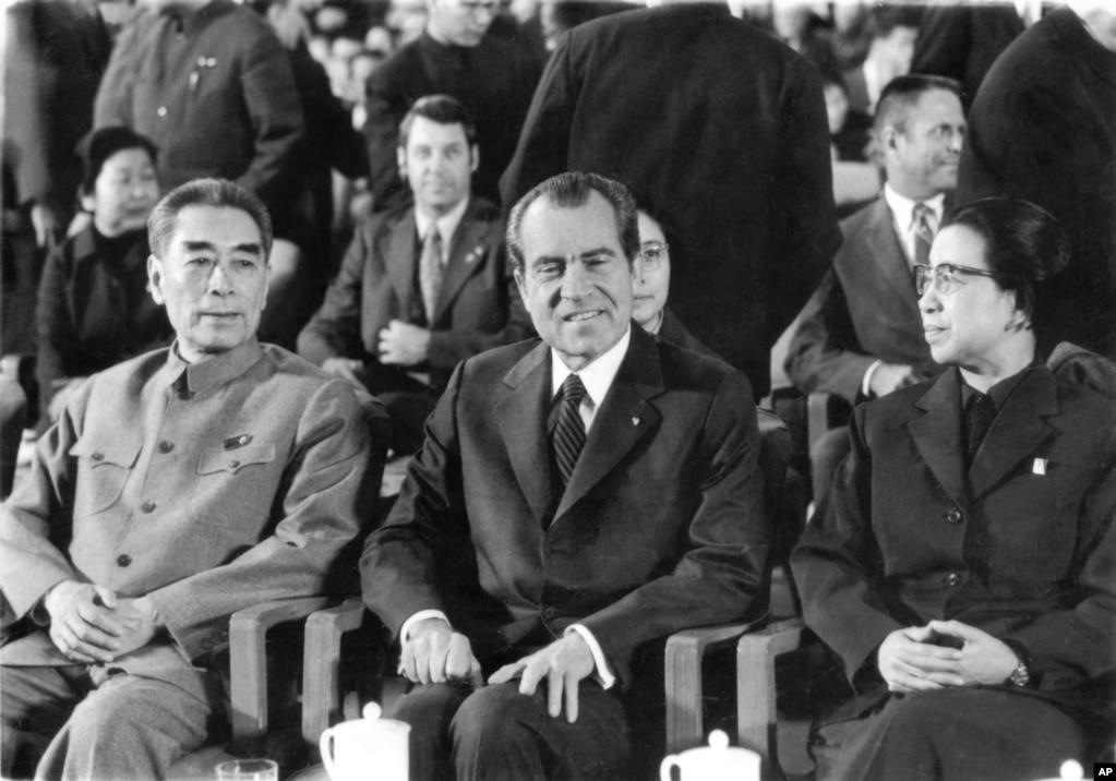 1972年2月22日,在北京人民大會堂的禮堂,美國總統尼克松和夫人應邀觀看芭蕾舞劇《紅色娘子軍》,中國總理周恩來和毛澤東夫人江青陪同。