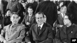 1972年2月22日,在北京人民大会堂的礼堂,美国总统尼克松和夫人应邀观看芭蕾舞剧《红色娘子军》,中国总理周恩来和毛泽东夫人江青陪同。