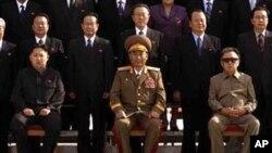 금수산을 참배하는 북한 지도부. 앞줄 오른쪽부터 김정일 위원장, 리영호 인민군 총참모장, 김정은