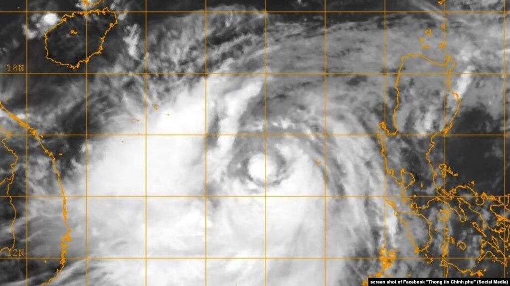 Ảnh vệ tinh bão Doksuri (bão số 10) vào sáng 13/9 khi còn cách xa bờ biển Việt Nam