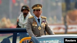 រូបឯកសារ៖ មេបញ្ជាការយោធាមីយ៉ាន់ម៉ាលោក Min Aung Hlaing ក្នុងពិធីព្យុហយាត្រាយោធាមួយ នៅរដ្ឋធានីណៃពិដោ ប្រទេសមីយ៉ាន់ម៉ា កាលីថ្ងៃទី២៧ ខែមីនា ឆ្នាំ២០១៧។