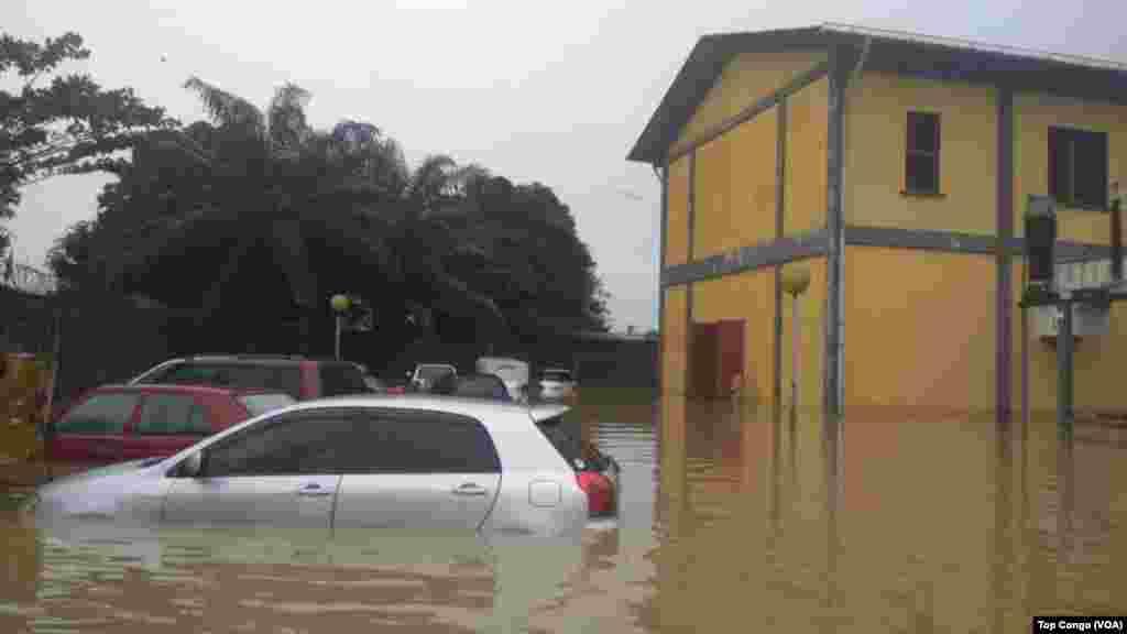 Mafuriko makubwa katika mji wa Kinshasa, yazamisha magari Januari 4, 2017. (VOA/TopCongo)