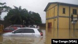 Les eaux d'inondations dépassent, par endroits, les coffres des véhicules à Kinshasa, le 4 janvier 2017. (VOA/TopCongo)