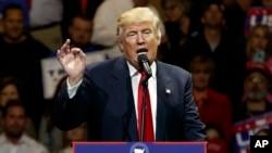 កាយវិការរបស់ប្រធានាធិបតីជាប់ឆ្នោត Donald Trump នៅពេលដែលលោកកំពុងថ្លែងសុន្ទរកថាក្នុងកម្មវិធី «សហរដ្ឋអាមេរិកសូមអរគុណ» ក្នុងទីក្រុង Cincinnati កាលពីថ្ងៃទី០១ ធ្នូ២០១៦។
