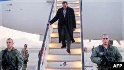 Bộ trưởng Quốc phòng Hoa Kỳ Leon Panetta xuống máy bay ở Kabul, 13/12/2011