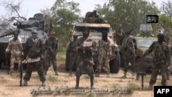 Gambar yang diambil dari video yang dirilis oleh kelompok ekstrimis Islam Nigeria, Boko Haram, (13/7) menampilkan sosok pemimpin kelompok tersebut, Abubakar Shekau (tengah).