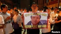 Giáo dân Thái Hà ở Hà Nội thắp nến cầu nguyện cho Luật sư Lê Quốc Quân.
