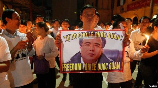 Giáo dân Thái Hà cầu nguyện cho Luật sư Lê Quốc Quân, ngày 29/9/2013. Luật sư Quân sẽ bị đưa ra xét xử ngày 2/10 tại Tòa án Nhân dân Thành phố Hà Nội.
