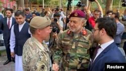 د افغانستان دفاع وزیر جنرال بسم الله محمدي (منځ کې) له جنرال سکاټ مېلر سره مخه ښه کوي