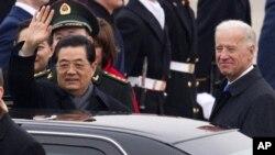 منگل کو واشنگٹن میں اپنی آمد کے بعد اینڈروز ایر فورس ایرپورٹ پر استقبالیہ تقریب میں چینی صدر ہو جنتاؤ امریکی نائب صدر جوزف بائڈن کے ساتھ