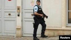 Un policier se tient auprès de l'hôtel dans lequel se trouve l'équipe d'Angleterre, à Chantilly, France, le 8 juin 2016.