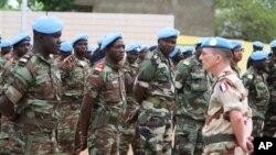 말리에서 활동 중인 프랑스군 한 명이 아프리카 연합군 곁에 서있는 모습 (자료사진)