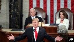 Le président Donald Trump prononce son discours depuis le Capitole sur l'état de l'Union lors d'une session conjointe du Congrès à Washington, sous la présidence du vice-président Mike Pence et de la présidente de la Chambre des représentants, Nancy Pelosi, 5 février 2019.