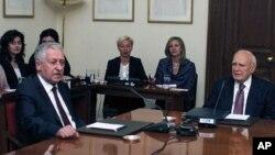 El presidente griego Carolos Papoulias, derecha, ha tenido que convocar a nuevas elecciones por la falta de consenso en la formación de un nuevo gobierno.