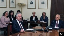 El presidente griego Carolos Papulias junto al líder del partido Izquierda Democrática, Fotis Kouvelis, tratando de encontrar consenso para formar un nuevo gobierno.