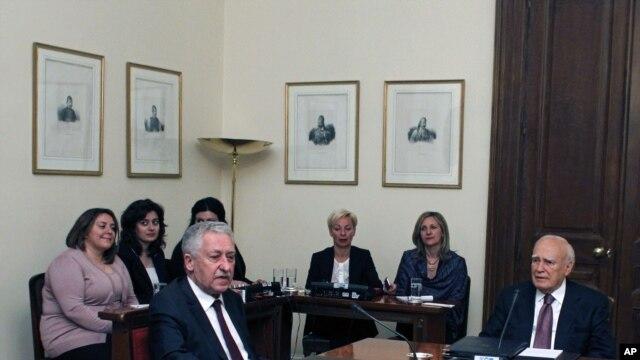 Prezidan grèk la, Karolos Papoulias(adwat), ap rankontre lidè Pati Demokratik la (DIMAR), Fotis Kouvelis, nan palè nasyonal la nan Atèn, 13 me 2012.