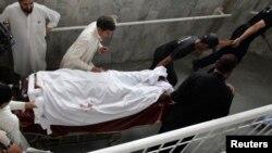 Nữ nhân viên chủng ngừa bại liệt bị thương sau vụ nổ súng được đưa vào bệnh viện ở Peshawar, ngày 28/5/2013.