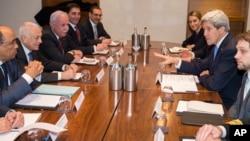 16일 런던에서 나빌 엘아라비 아랍연맹 사무총장(왼쪽 두번째)과 회동한 존 케리 미국 국무장관(오른쪽 두번째)이 이스라엘-팔레스타인 평화 정착 문제를 논의하고 있다.