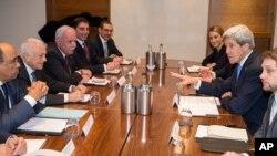 존 케리 전 미국 국무장관이 이스라엘-팔레스타인 평화 정착 문제를 논의하고 있다. (자료사진)