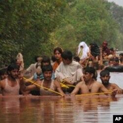 Ana kwashe mazauna yankin Nowshera na kasar Pakistan da mumunar ambaliyar ruwa ta yiwa barna zuwa tudun mun tsira.