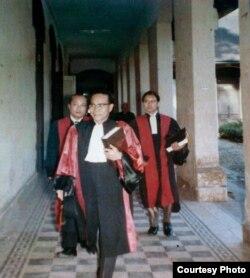 GS Nguyễn Văn Bông (phía trước) GS Nguyễn Văn Tương,(bên phải) và GS Tạ Văn Tài đên trao bằng Tiến sĩ cho một sinh viên Trường Luật.