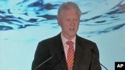 美国前总统克林顿4月28日在纽约致词赞扬所有进入决赛的代表队