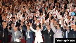 박근혜 한국 대통령(아랫줄 가운데)이 15일 서울 세종문화회관에서 열린 제71주년 광복절 경축식에서 참석자들과 함께 만세삼창을 하고 있다.