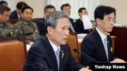 김관진 한국 국방부 장관이 30일 국회에서 열린 국방위원회 전체회의에서 의원의 질의에 답하고 있다.