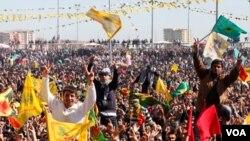 Warga merayakan 'Newroz', Tahun Baru Kurdi di Diyarbakir, selatan Turki (20/3)