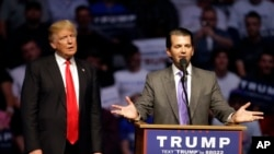 ທ່ານ Donald Trump Jr. ຂຶ້ນກ່າວ ໃນຂະນະທີ່ ຕົວແທນ ຜູ້ສະມັກປະທານາທິບໍດີຈາກພັກ Republican ທ່ານ Donald Trump ຮັບຟັງ ໃນຂະນະທີ່ໂຄສະນາຫາສຽງ ໃນລັດ Indianapolis, ເມສາ 27, 2016.