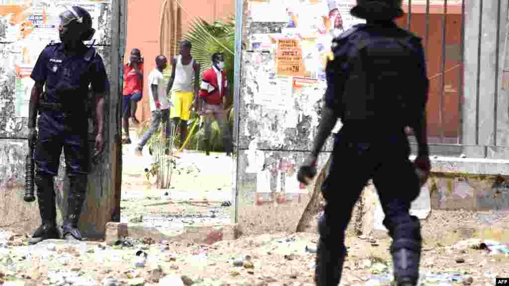La police sénégalaise affronte les étudiants lors des manifestations à l'Université Cheikh Anta Diop de Dakar le 16 mai 2018
