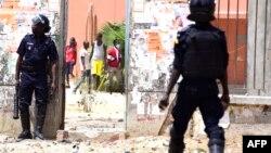 La police sénégalaise affronte les étudiants lors des manifestations à l'Université Cheikh Anta Diop de Dakar le 16 mai 2018 à Dakar.