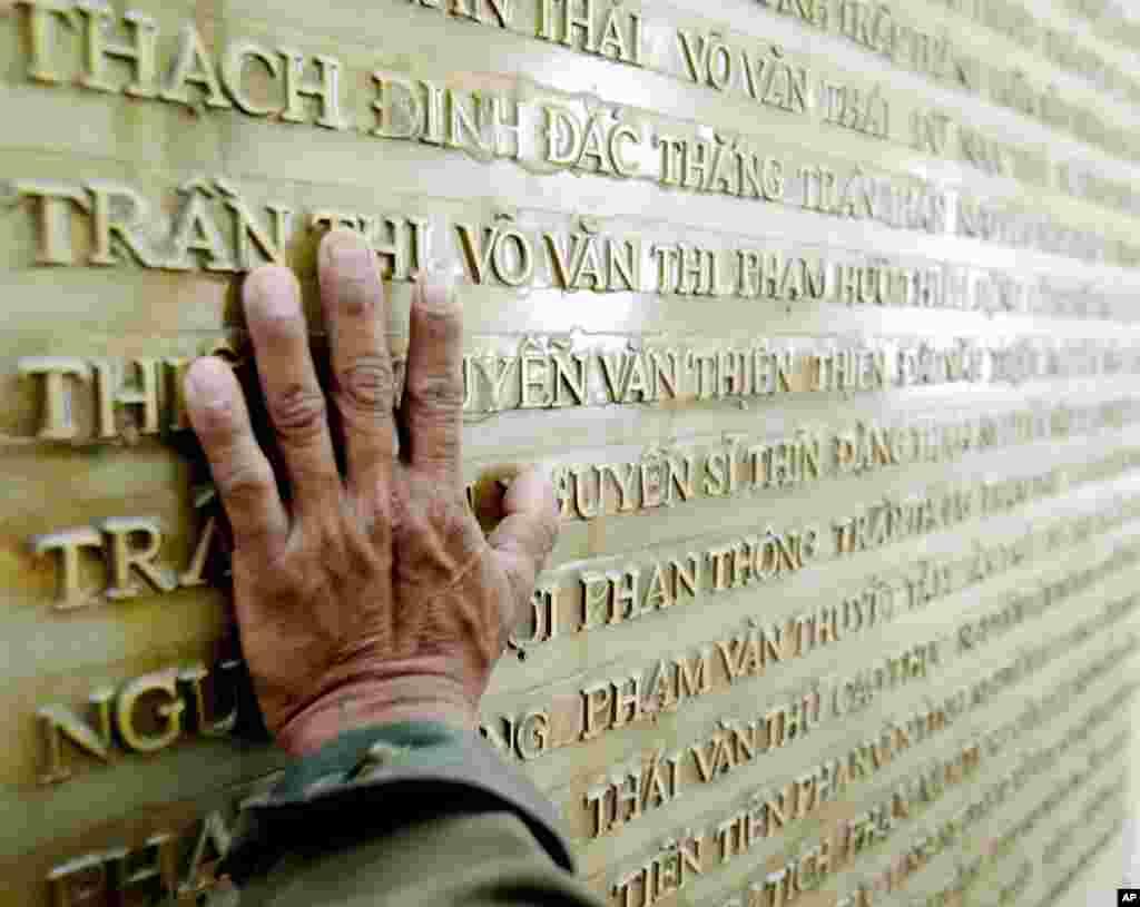 Bức tường khắc tên những người thiệt mạng trong cuộc chiến chống Pháp tại nghĩa trang liệt sĩ Điện Biên Phủ.