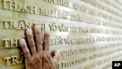 베트남 디엔비엔푸에의 디엔비엔푸 전쟁 국립묘지 벽면에 전사자들의 이름이 새겨져 있다. (자료사진)
