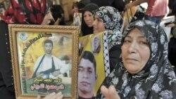 Mama wa Kipalestina akionesha poicha za vijana wake walouliwa wakati wa mashambulizi ya Israel huko Gaza.