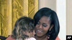 米歇尔.奥巴马拥抱小女孩寿星