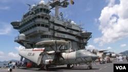 """乔治·华盛顿号航空母舰上的诺斯洛普·格鲁门E-2D""""鹰眼""""空中预警机"""