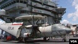 乔治华盛顿号航空母舰上的E-2空中预警机