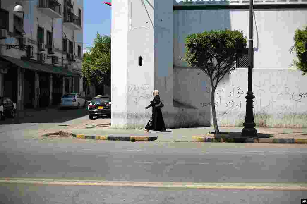 A woman in downtown Tripoli (VOA Photo - J. Weeks)