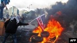 Demonstranti na Zapadnoj obali pale američke zastave