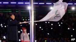 平昌冬奥会闭幕式上,北京市长陈吉宁挥舞奥运旗帜。北京将主办2022年冬奥会(2018年2月25日)。李大同给陈吉宁、徐韬、任鸣、杨元庆等55名北京市全国人大代表写了公开信。