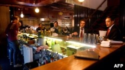 Para tamu menikmati minuman di bar Stitch di kawasan bisnis Sydney, 14 Mei 2013. (Foto: AFP)