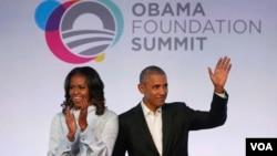 Le couple Obama applaudi lors de la première session du Sommet de la Fondation Obama, Chicago, 31 octobre 2017.