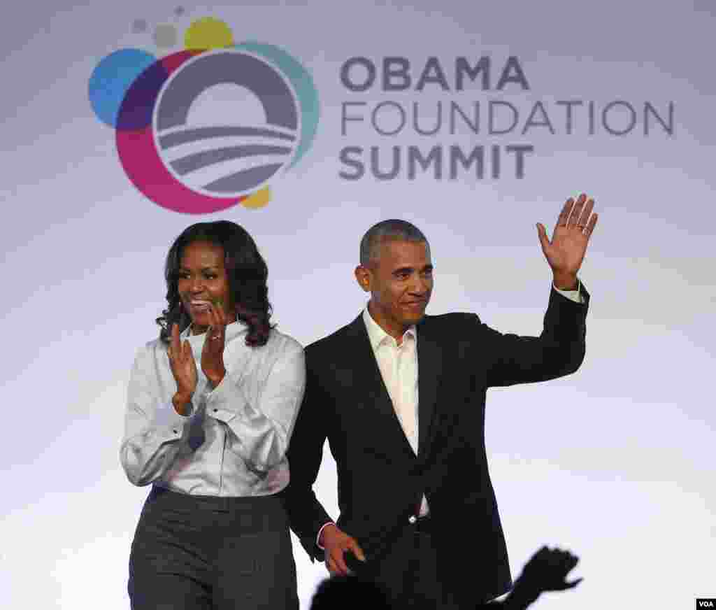 Le couple Obama applaudi lors de la première session du Sommet de la Fondation Obama, Chicago, 31 octobre 2017.