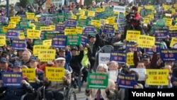 5일 서울역 광장에서 열린 향군,역사교과서 국정화지지 국민대회에서 대한민국재향군인회 회원들이 역사교과서 국정화의 당위성을 주장하는 내용의 구호를 외치고 있다.