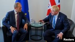 ဥေရာပေကာင္စီဥကၠ႒ Donald Tusk (ဝဲ) နဲ႔ ဝန္ႀကီးခ်ဳပ္ Boris Johnson
