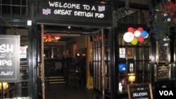 """La entrada a un típico """"Pub"""" en el barrio de West End, en Londres. [Foto: Luis Facal, Enviado Especial de la Voz de América]."""
