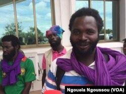 Kevin, à droite, attend aux côtés de ses camarades miliciens Ninja, Kinkala, Congo, le 20 mars 2018. (VOA/Ngouela Ngoussou)