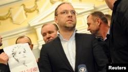Sergiy Vlasenko (tengah), pengacara mantan PM Yulia Tymoshenko saat melakukan konferensi pers (foto: dok).