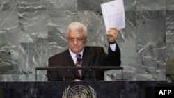 Palestinski predsednik Mahmud Abas drži kopiju pisma koje je uručio Generalnom sekretaru UN Ban Ki-Munu zahtevajući punu zastupljenost palestinske države u UN.